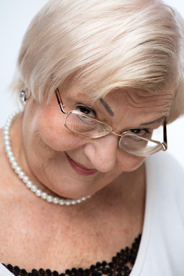Primo piano della donna anziana adorabile immagini stock