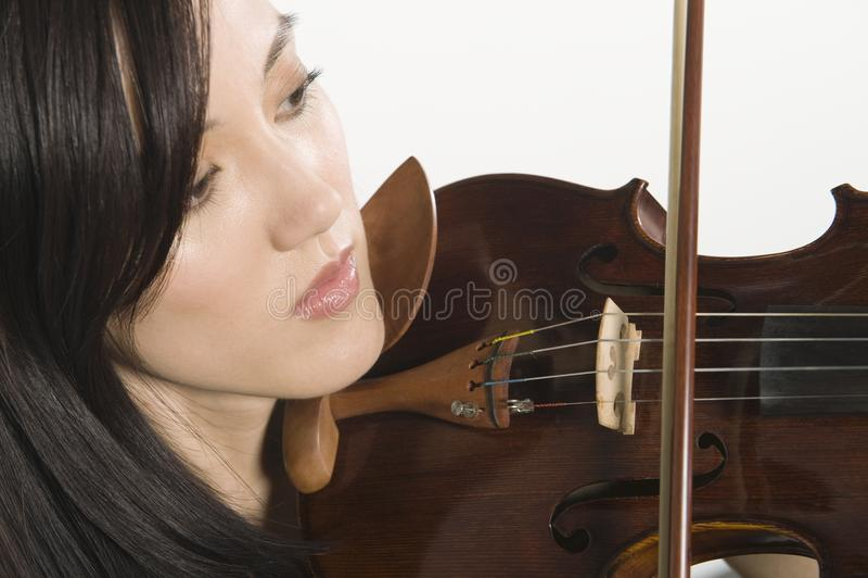 Primo piano della donna che gioca violino fotografia stock