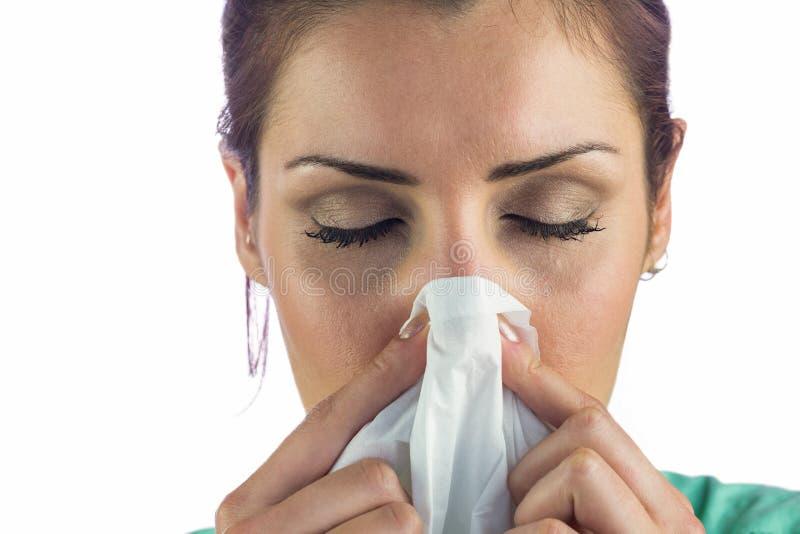 Primo piano della donna che soffre dal naso di salto con il tessuto sulla bocca immagine stock