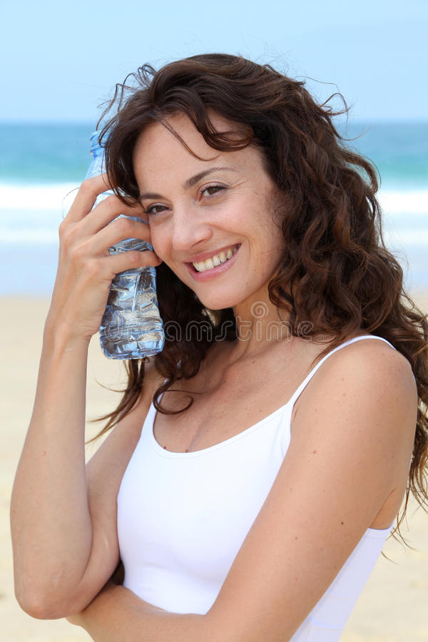 Primo piano della donna con la bottiglia di acqua immagini stock libere da diritti