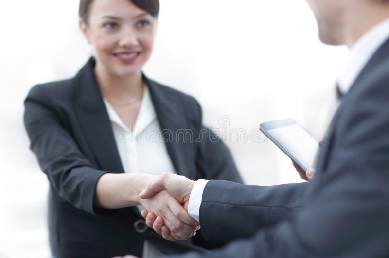 Primo piano della donna di affari che stringe le mani con il suo collega fotografia stock libera da diritti