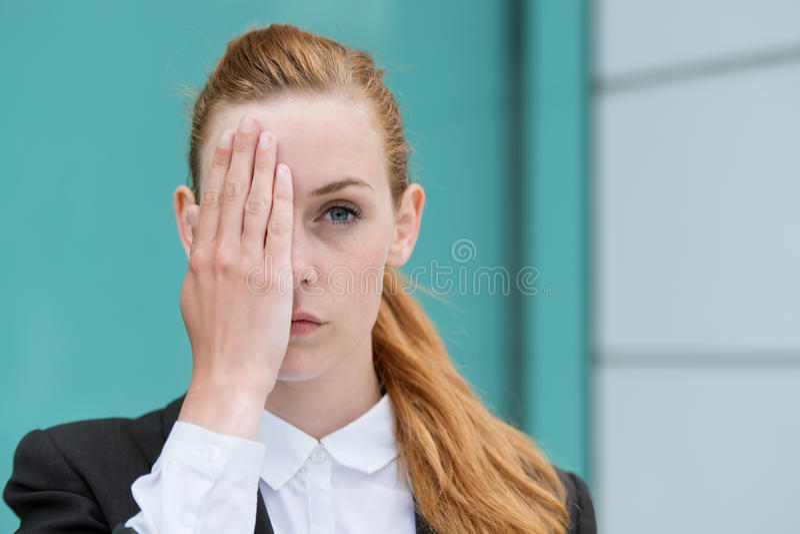 Primo piano della donna di affari Covering Eye fotografia stock libera da diritti