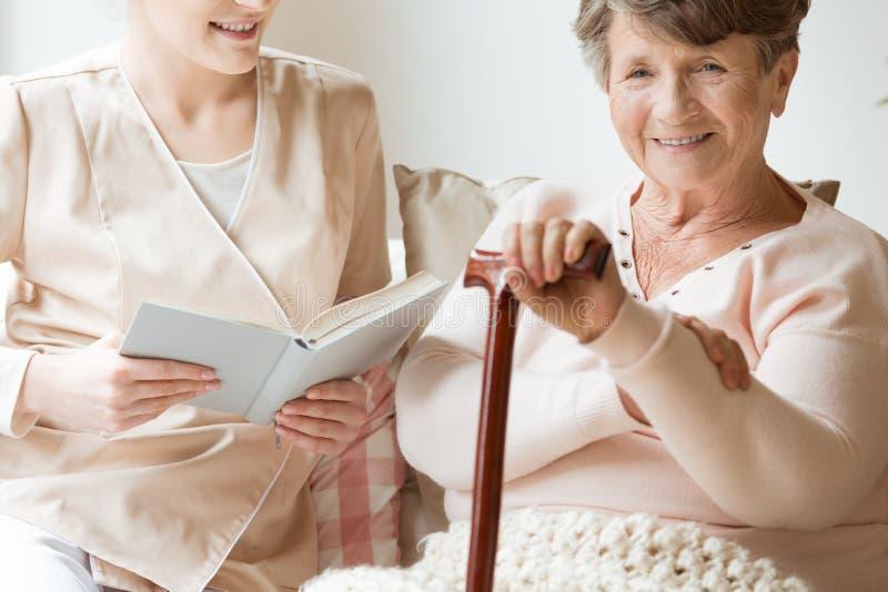 Primo piano della donna senior sorridente con il bastone da passeggio ed amichevole immagini stock libere da diritti