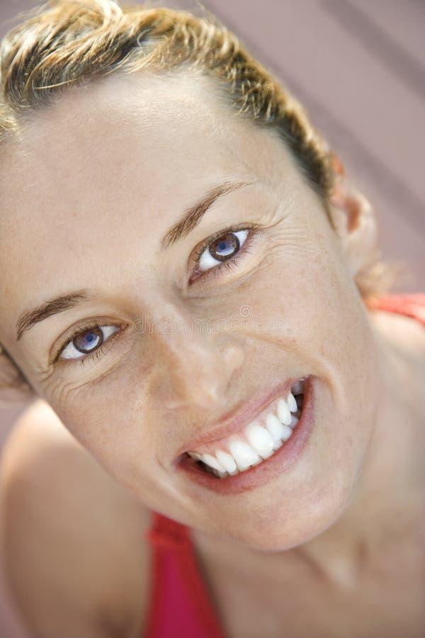 Primo piano della donna sorridente. fotografie stock