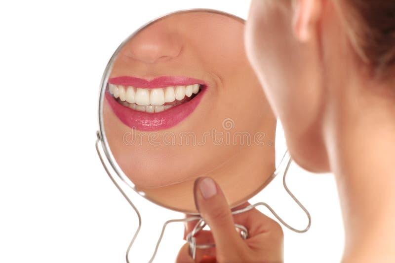 Primo piano della donna sorridente con i denti bianchi perfetti fotografia stock libera da diritti