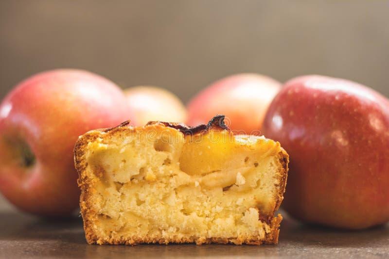 Primo piano della fetta della torta di mele fotografie stock libere da diritti
