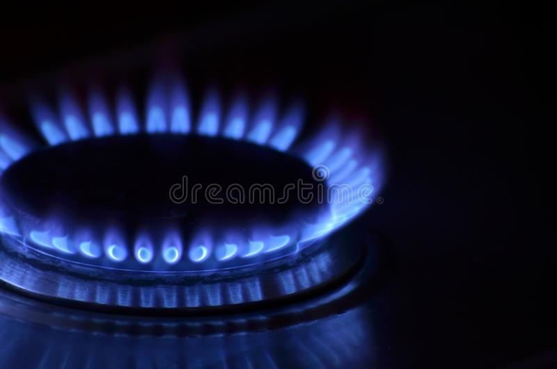 Primo piano della fiamma del gas della stufa di cucina fotografia stock