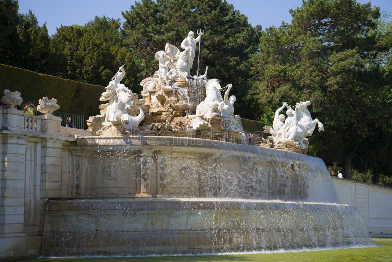 Primo piano della fontana di Nettuno su un pomeriggio soleggiato Complesso del palazzo di Schonbrunn Vienna, Austria fotografia stock libera da diritti