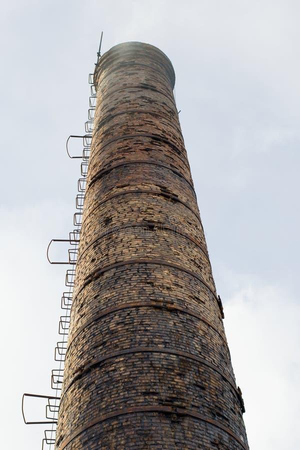Primo piano della foto dell'aria di inquinamento del tubo della fabbrica, sui precedenti del cielo immagini stock libere da diritti
