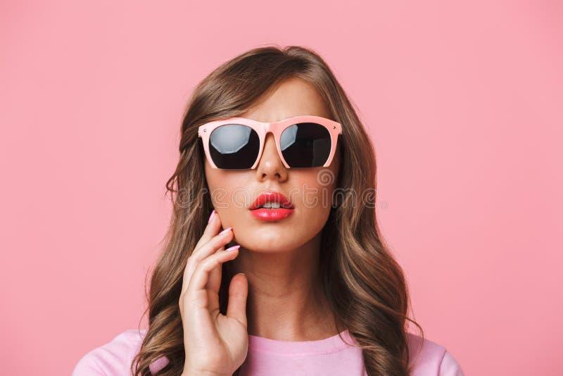 Primo piano della foto della donna affascinante sessuale 20s con i capelli ricci lunghi immagini stock libere da diritti