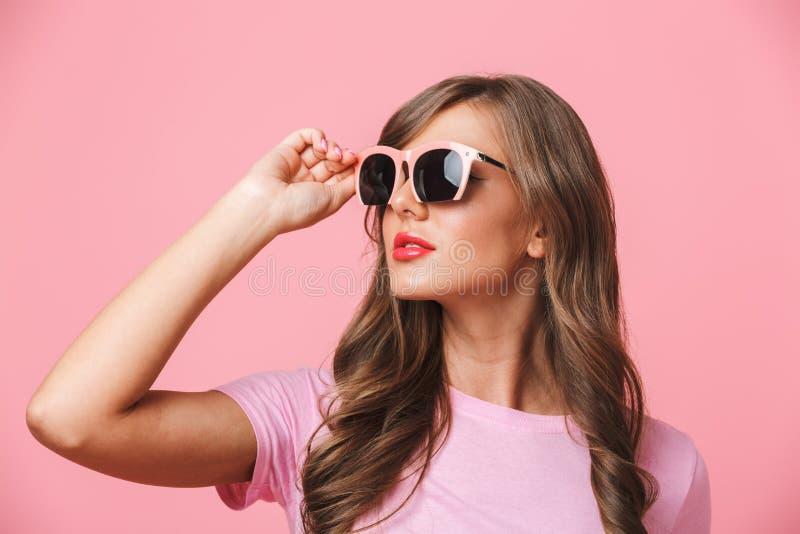 Primo piano della foto della donna splendida 20s che indossa alla moda alla moda immagini stock libere da diritti