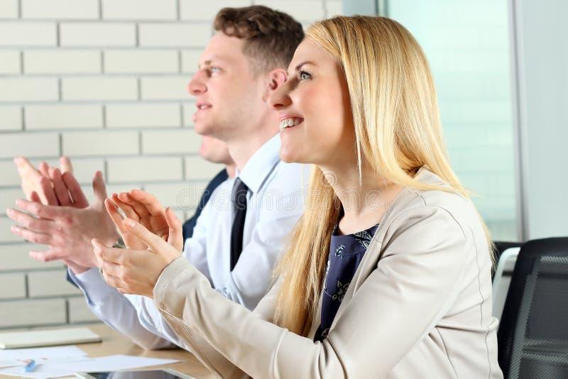 Primo piano della gente di affari che applaude le mani Concetto di seminario di affari fotografie stock