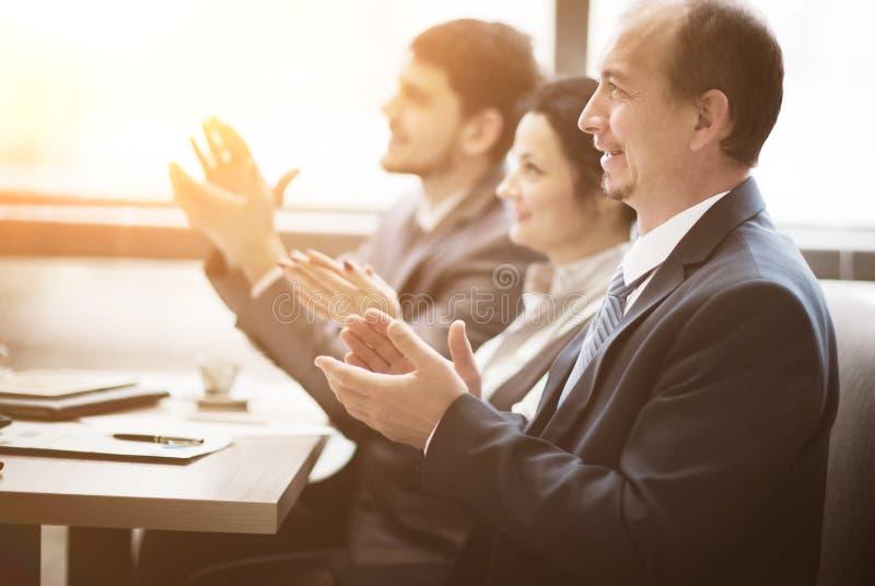 Primo piano della gente di affari che applaude le mani Concetto di seminario di affari in ufficio fotografie stock libere da diritti