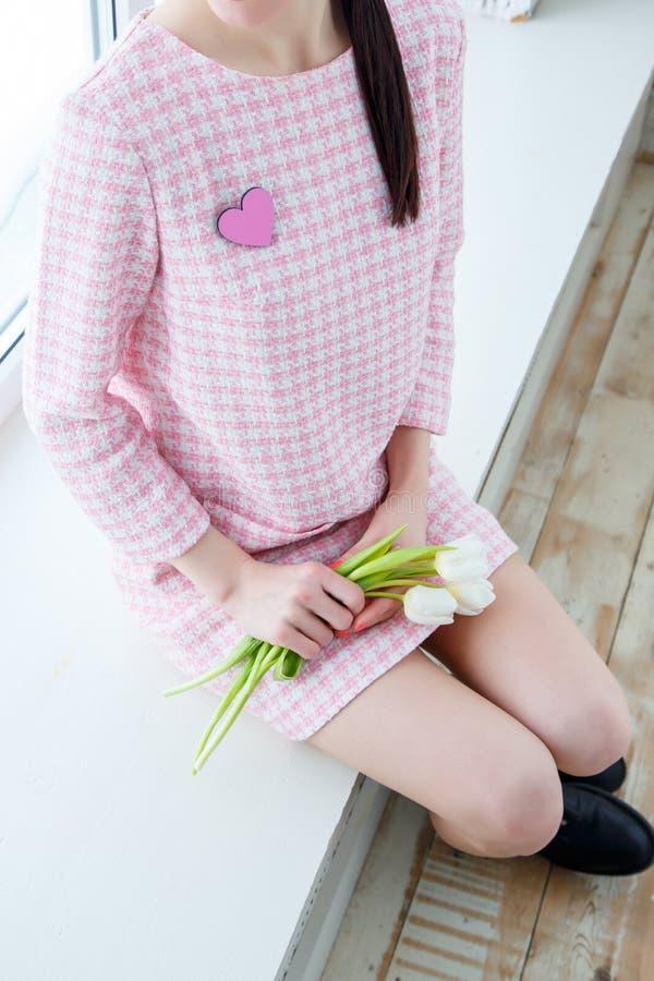 Primo piano della giovane donna con i tulipani immagini stock libere da diritti