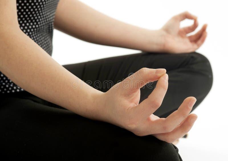 Primo piano della giovane donna delle mani in posta di yoga di zen immagine stock