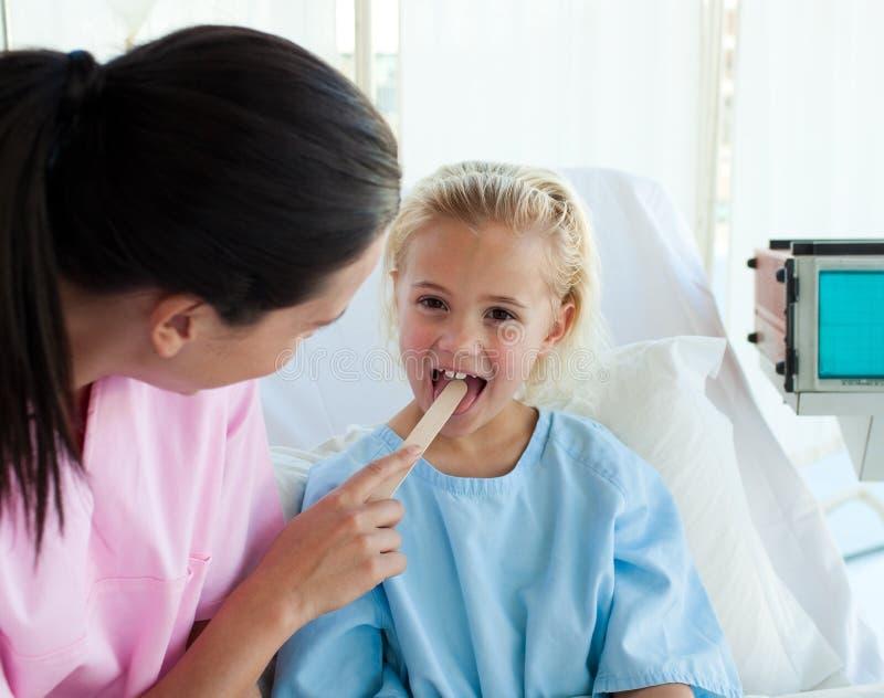 Primo piano della gola del paziente d'esame del medico fotografia stock