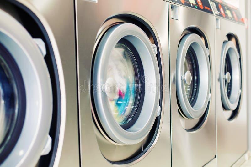 Primo piano della lavatrice di self service fotografia stock