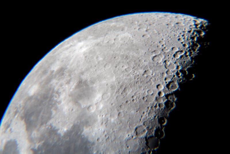 Primo piano della luna con i crateri dal telescopio immagini stock libere da diritti