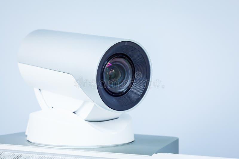 Primo piano della macchina fotografica di telepresence o di videoconferenza fotografie stock libere da diritti