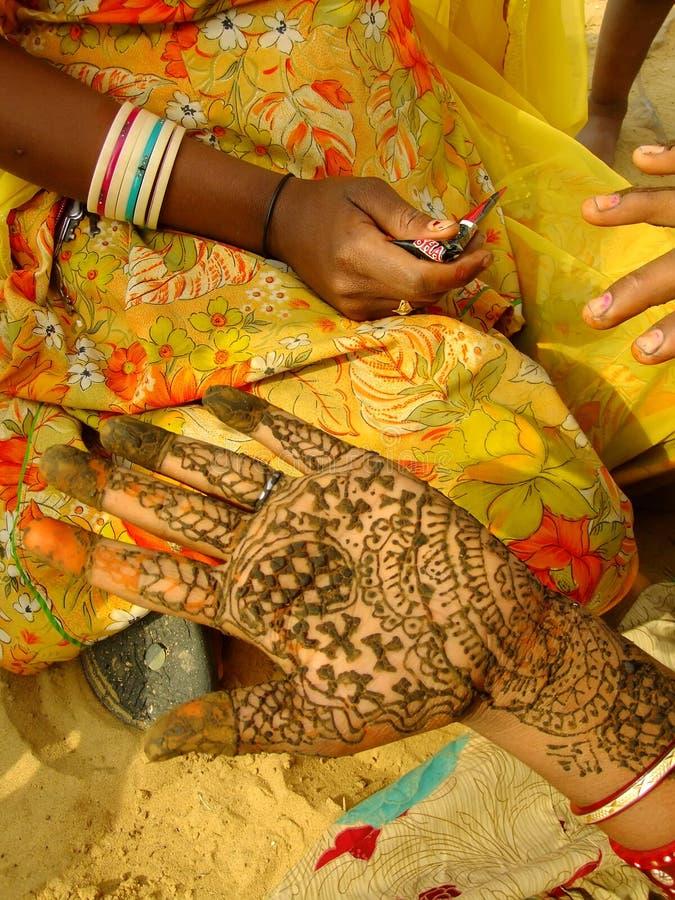 Primo piano della mano con la pittura del hennè fotografia stock libera da diritti