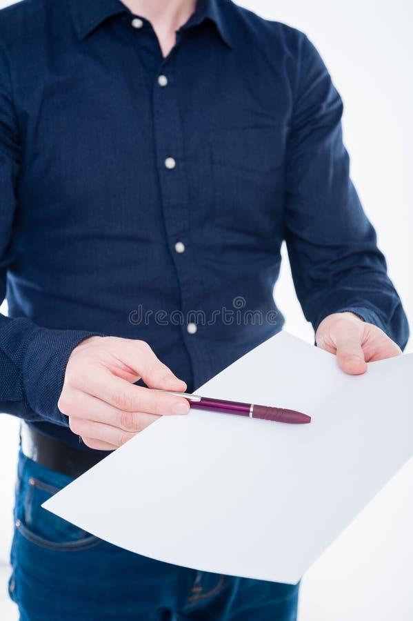 Primo piano della mano dell'uomo d'affari che tiene una carta e una matita fotografie stock libere da diritti