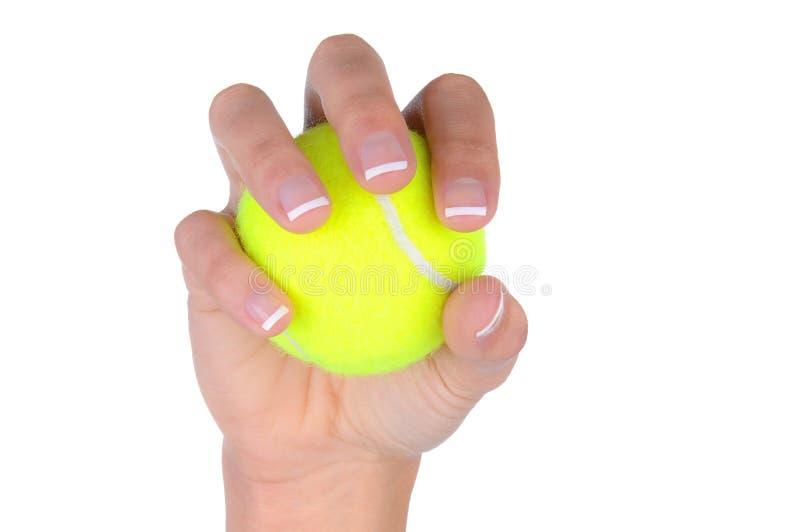 Primo piano della mano della donna che tiene una sfera di tennis fotografia stock