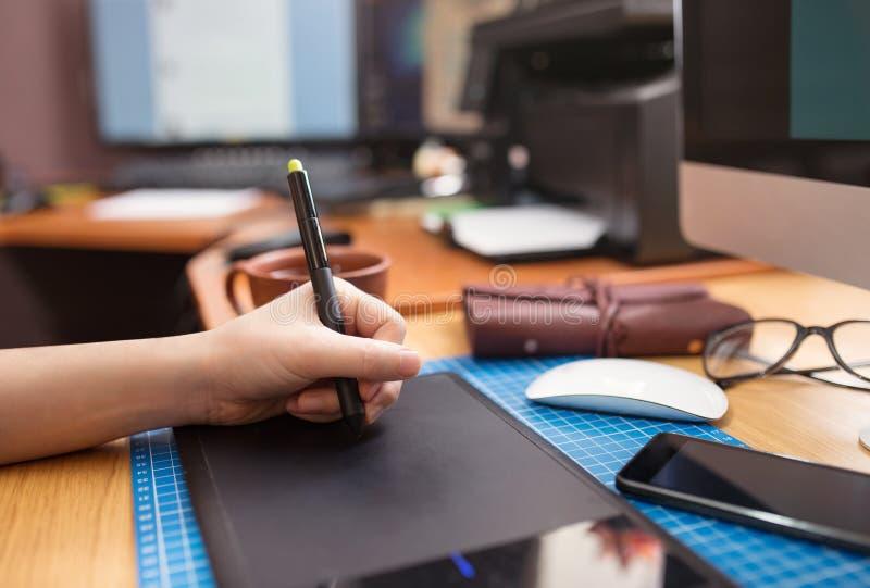 Primo piano della mano di un uomo con uno stilo della penna fotografia stock libera da diritti