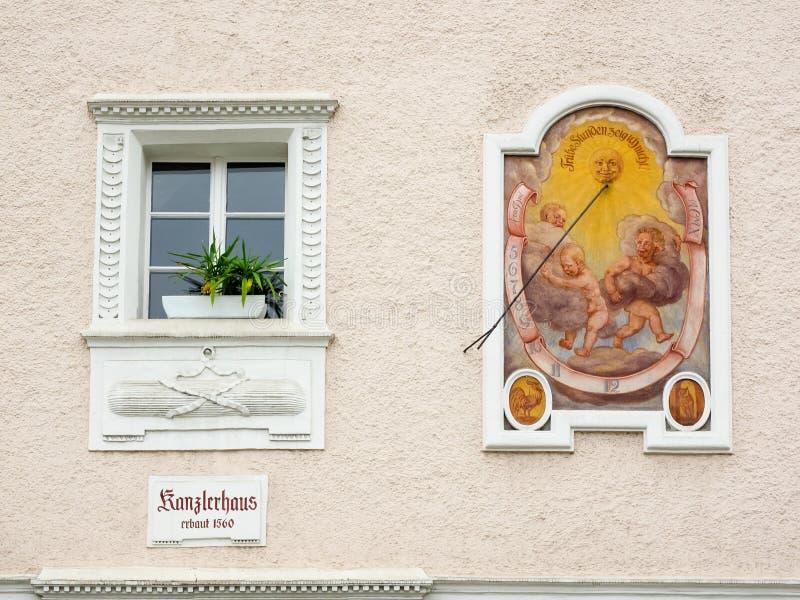 Primo piano della meridiana alla casa dei cancellieri in Berchtesgaden, Baviera, Germania fotografie stock libere da diritti