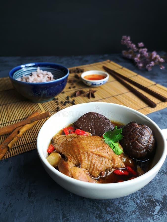 Primo piano della minestra di pollo cinese in una tazza bianca fotografia stock libera da diritti
