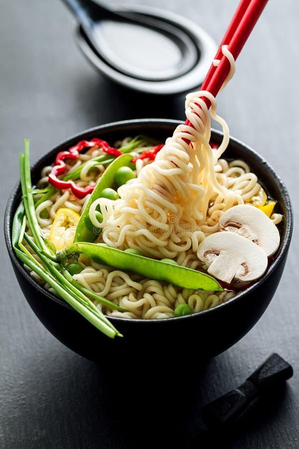 Primo piano della minestra di tagliatelle asiatica appetitosa saporita con le verdure fotografia stock libera da diritti