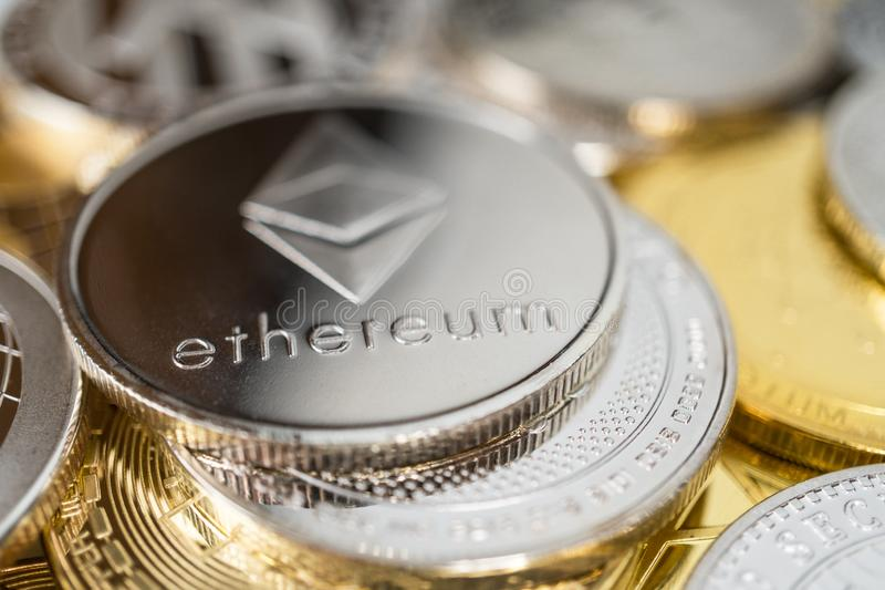 Primo piano della moneta fisica dell'etere sulla pila di molti altri cryptocurrencies immagini stock libere da diritti