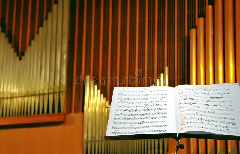 Primo piano della pagina musicale con i tubi di organo immagini stock libere da diritti