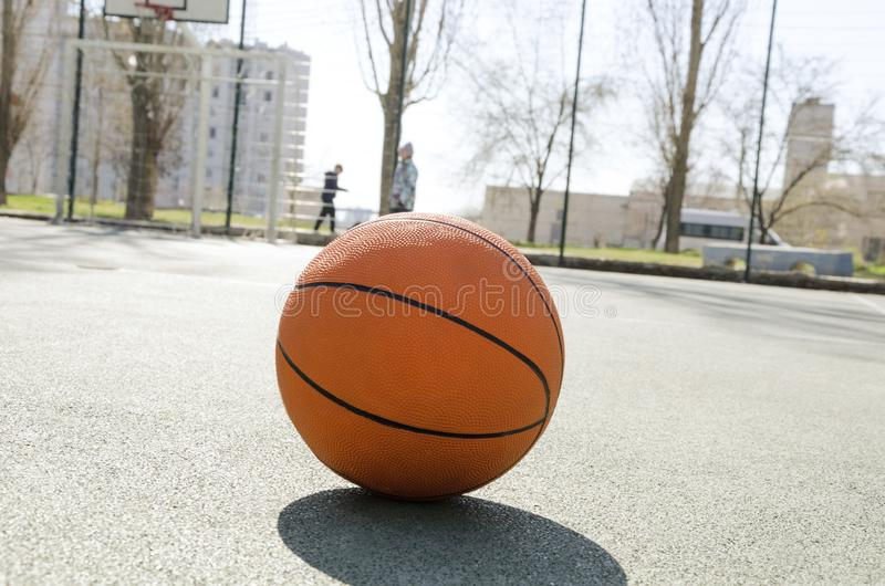 Primo piano della palla arancio per pallacanestro sulla corte di gomma di sport All'aperto di campo sportivo nell'iarda fotografie stock libere da diritti