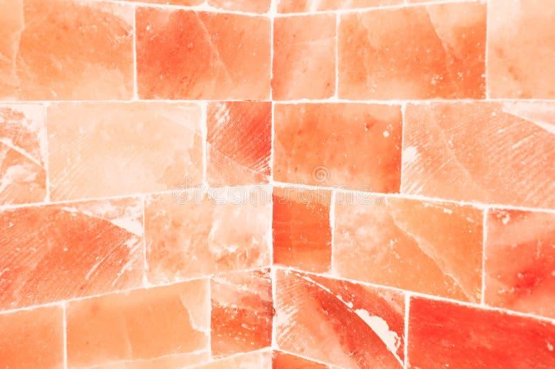 Primo piano della parete salata arancio dentro la stanza di sauna fotografia stock libera da diritti