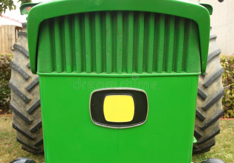Primo piano della parte anteriore di un trattore verde fotografia stock libera da diritti