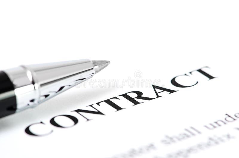 Primo piano della penna d'argento sul contratto. fotografia stock