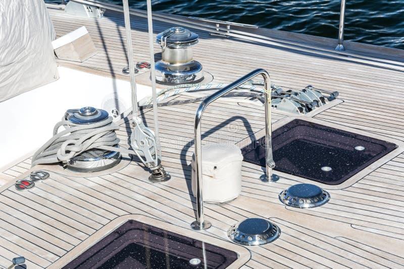 Primo piano della piattaforma di un yacht di lusso immagini stock