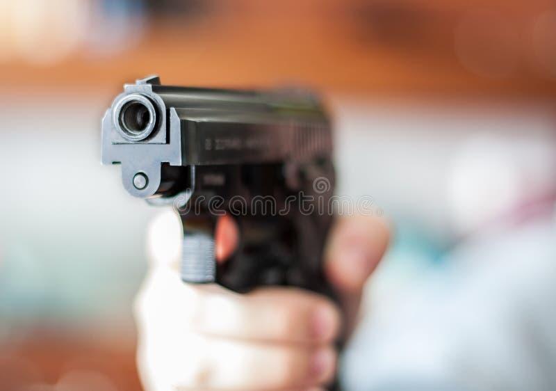 Primo piano della pistola nera immagine stock