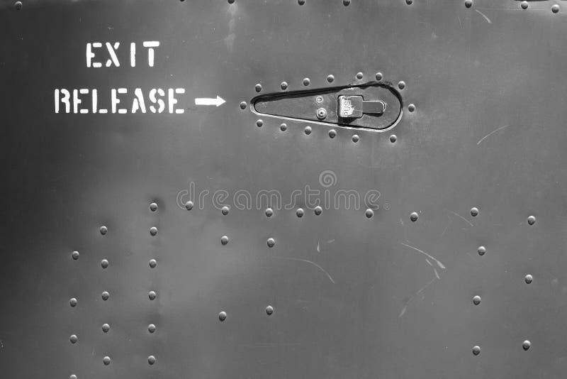 Primo piano della porta di piastra metallica con i ribattini immagini stock libere da diritti