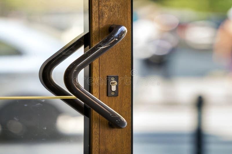 Primo piano della porta marrone moderna di plastica o di legno con trasparente fotografia stock libera da diritti