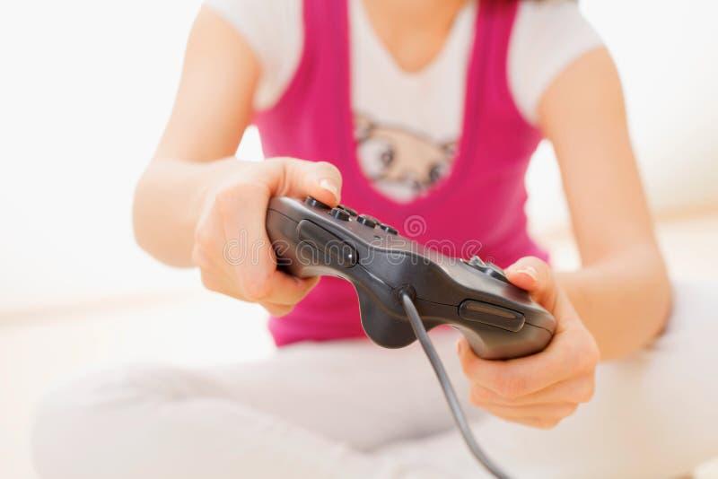 Primo piano della ragazza che gioca video gioco immagini stock libere da diritti