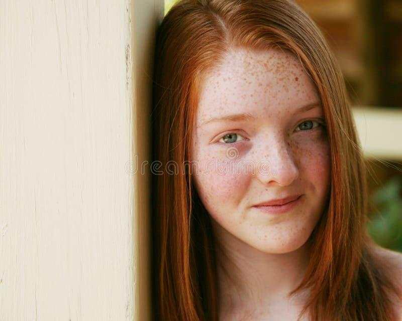 Primo piano della ragazza di redhead con i freckles fotografia stock libera da diritti