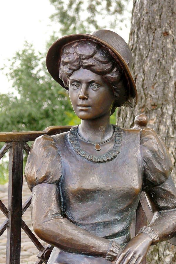 """Primo piano della scultura """"il residente di estate della ragazza """" Sull'argine del Volga La città di Ples è famosa per il suo pae fotografie stock"""
