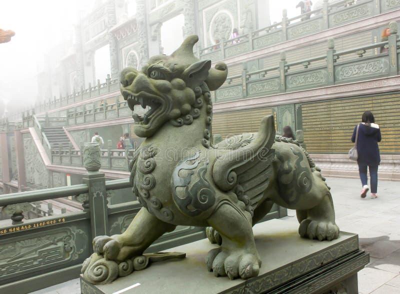 Primo piano della scultura del leone in tempio di Wen Wu con nebbia in Taiwan immagini stock