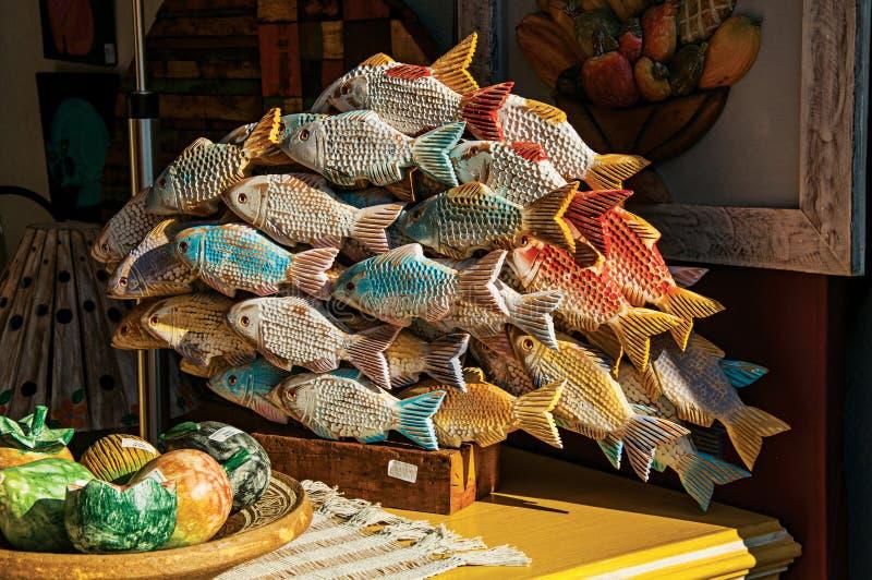 Primo piano della scultura di legno variopinta dei pesci in Paraty immagine stock