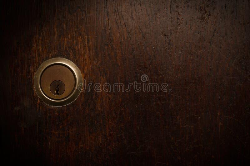 Primo piano della serratura di porta di legno fotografia stock libera da diritti