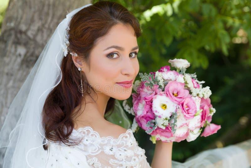 Primo piano della sposa in giardino fotografia stock