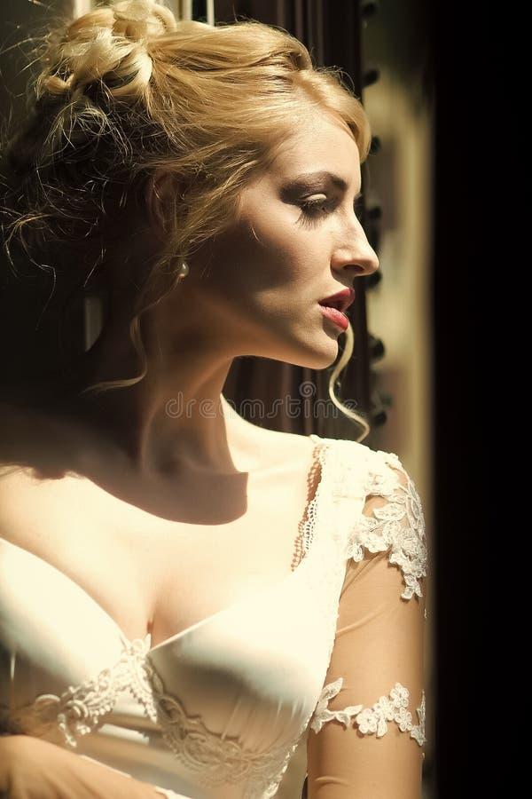 Primo piano della sposa pensierosa fotografia stock
