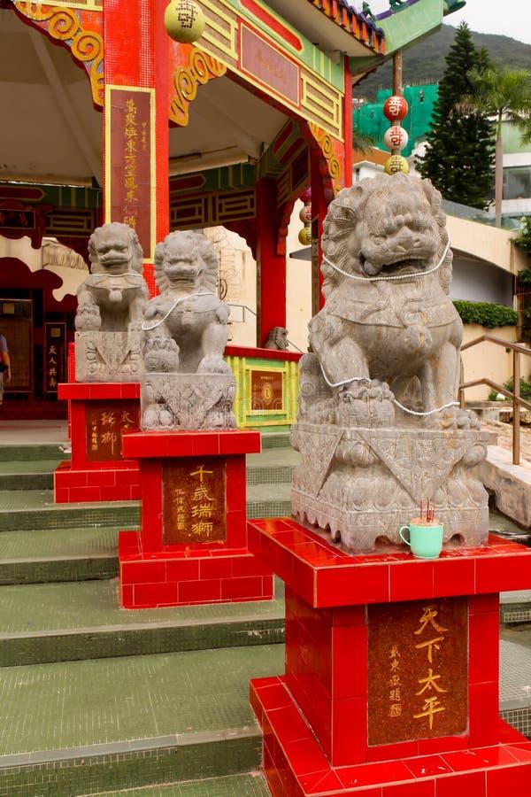 Primo piano della statua di pietra del leone in tempio della baia di rifiuto immagini stock