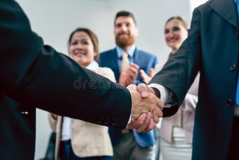 Primo piano della stretta di mano di due uomini di affari dopo un accordo importante fotografie stock